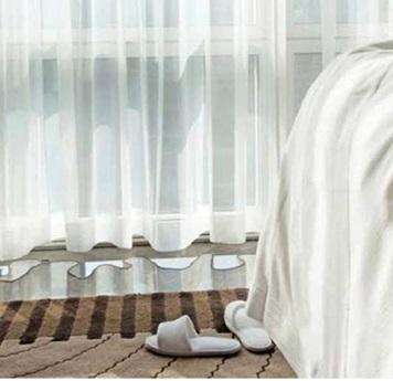 Cortina Etamin con tejido ignifugo da privacidad en los hoteles.