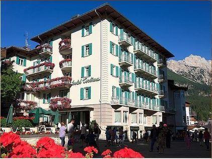 L'elegante struttura HOTEL Cortina 4 stelle, in centro Cortina, affacciato su  Corso Italia, dove tra boutique e negozi di antiquariato è uno luoghi frequentati dalla mondanità di Cortina.