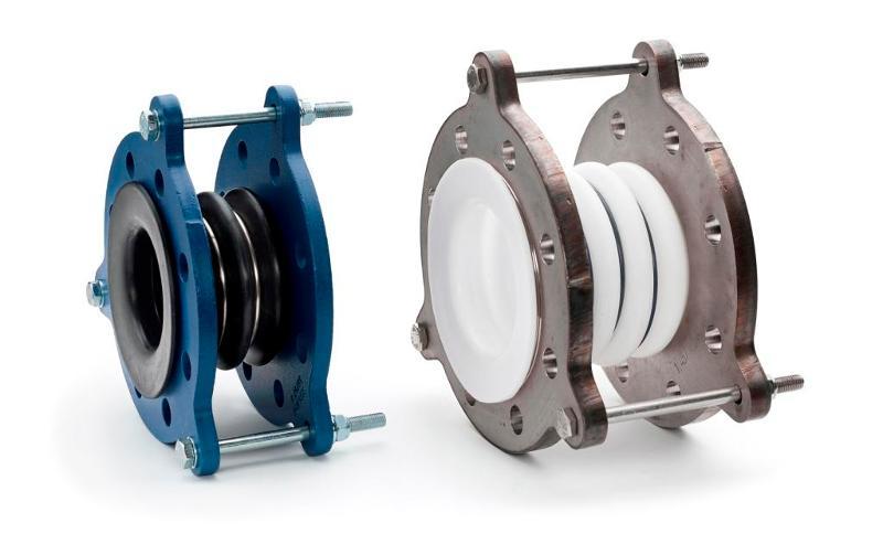 Compensatoren in diverse uitvoeringen worden toegepast in de (petro)chemische industrie voor het opnemen van uitzettingen en/of trillingen en als flexibele verbinding in PTFE en glasgevoerde leidingen