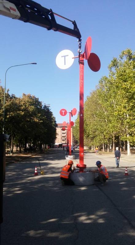 Il braccio della gru a 4 sfili (più eventuale prolunga) permette comodi lavori ad altezza fino a 18 mt...Ne sono serviti meno per il posizionamento dei pali celebrativi presso il Parco Ruffini (TO)