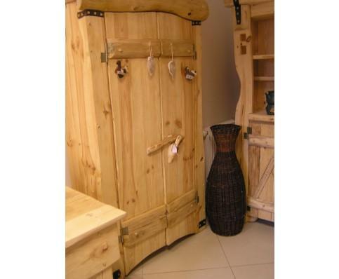 Drewniana szafa z litego drewna sosnowego . W środku 3 półki. Wymiary szerokość - 104 cm głębokość -38 cm wysokość -188 cm