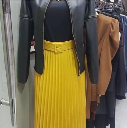 Veste noire et jupe plissée jaune