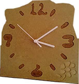 Relógio de Parede em Madeira com motivo floral. Recorte em quadrado de 24 cms de largura. Sem espelho, com maquinismo de elevada qualidade.