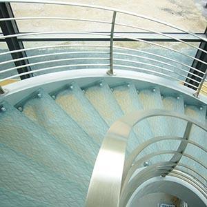 Marches d'escalier en verre feuilleté avec insertion de mailles métallisées
