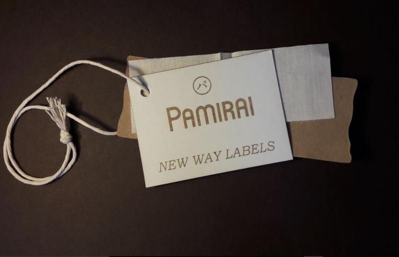 Cartellini personalizzati stampati, in rilievo, infilati con cordoncino e spilla