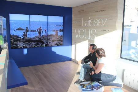 Mur d'écrans animé par un playeur FunBox à l'office de tourisme de Lorient Larmor Plage