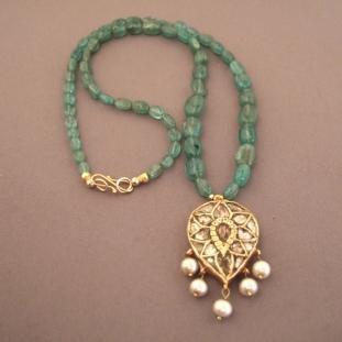 Colliers - Or22ct, émeraudes, diamants , perles, Inde