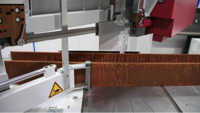 Scies à ruban pour coupe biaise semi automatiques - Crées pour les coupes biaises et les profilés en acier.