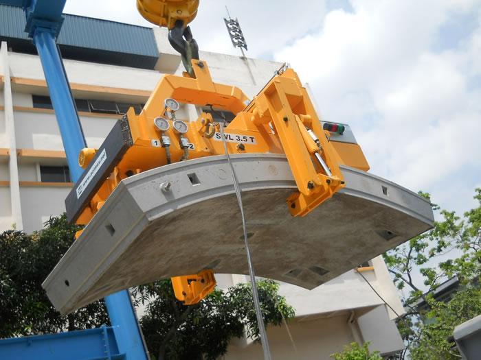 Construction de tunnels : la manutention de voussoirs...