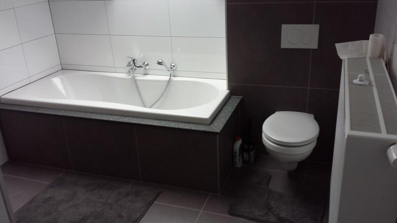 douche et contour de baignoire en granit d coration. Black Bedroom Furniture Sets. Home Design Ideas