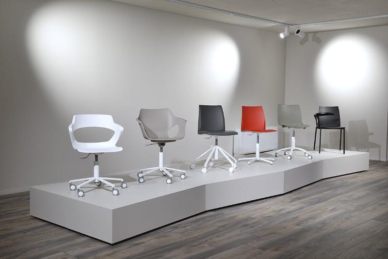 esposizione di sedie da interno - sedie e sgabelli