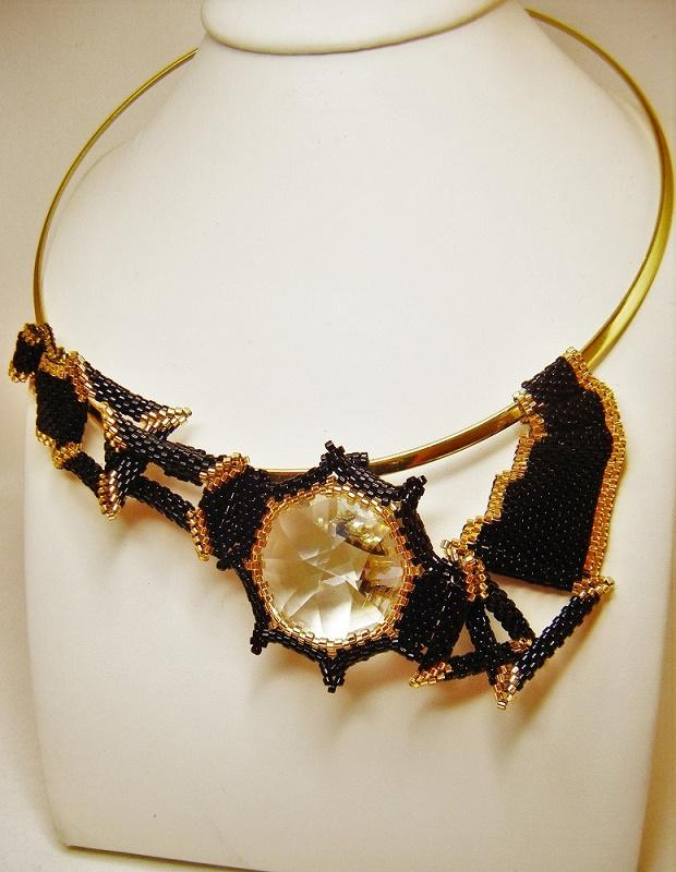 Collier géométrie variable.