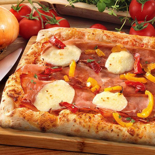 Pizza rettangolare speck, brie, peperoni - null