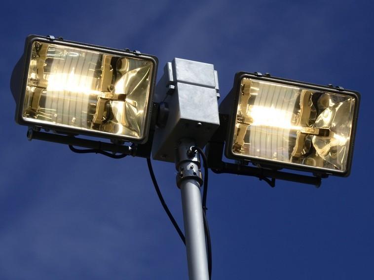 Осветительная мачта с галогенными прожекторами - дистанционно управляемая, заданное положение прожекторов