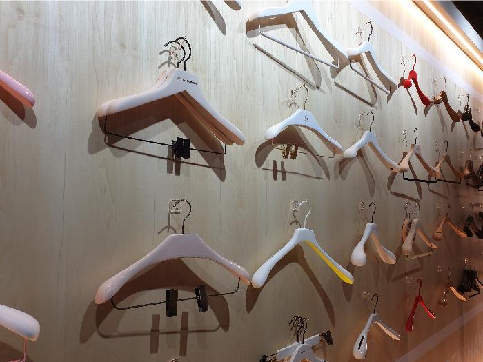 Cintres professionnels - Cintres professionnels en bois pour boutiques et commerces