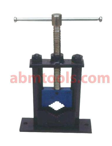 Pipe Vice Pillar Type Changeable Jaws - Pipe vice provided with square steel pillar or Round Grinding Pillar.