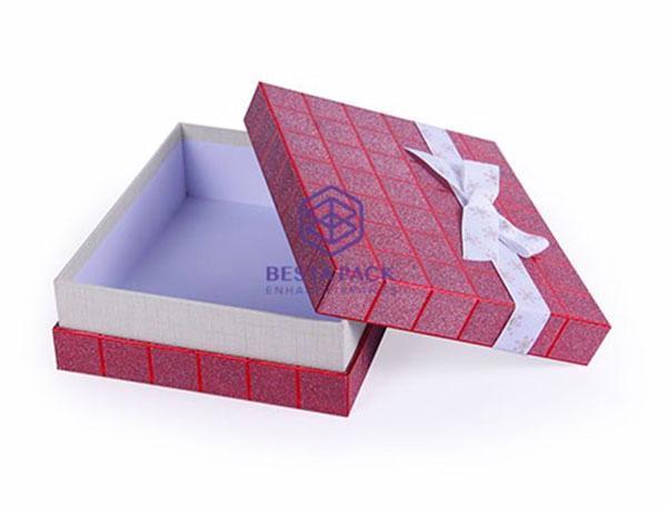 صندوق الهدايا - مربع مع غطاء الإقلاع ، القوس الشريط على غطاء والعنق لصقها في القاعدة