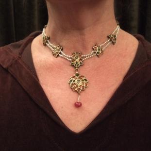 Colliers - Or20ct, rubis,émeraudes, perles, diamants, Inde
