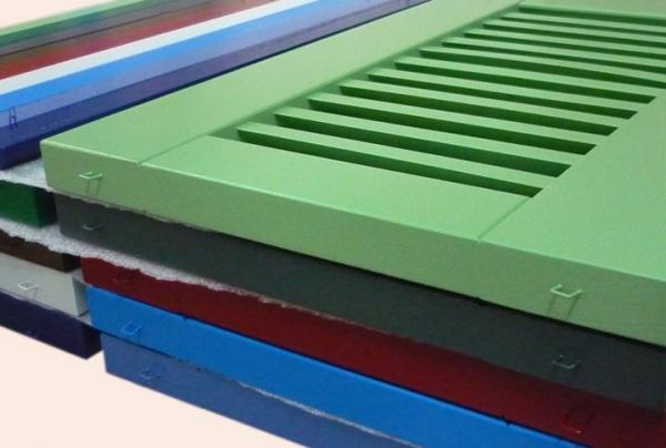 Persiennes laquées colorées en bois