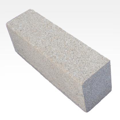 Bordures en Granit Jaune - Bordures de trottoir finition scié. Sablé surfaces.