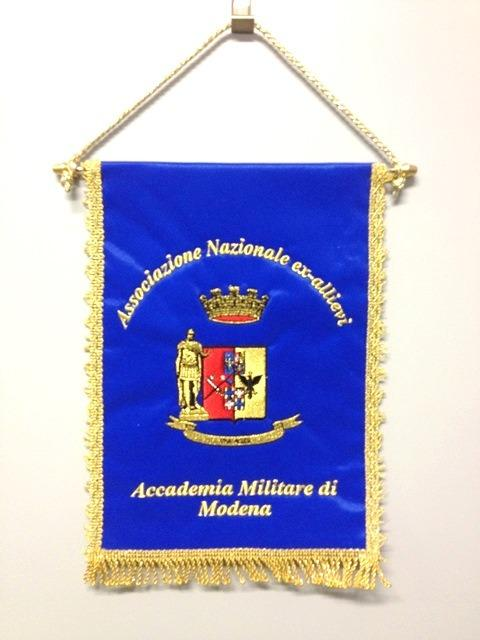 Gagliardetti ricamati con logo personalizzato - Gagliardetti in tessuto ricamati con logo personalizzato