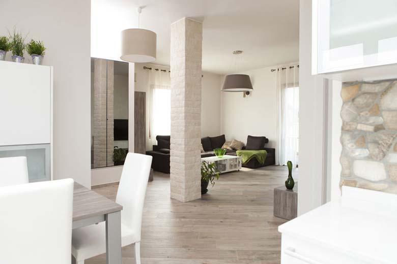 Interior Design per ampio soggiorno arredato su misura, Mobili di ...