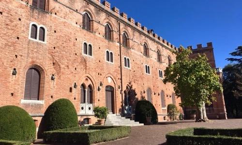 Chianti e Brolio - Il Castello di Brolio domina le dolci colline di vigneti.