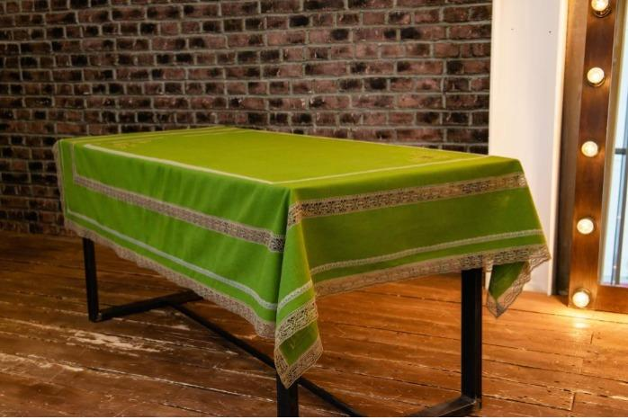 Tablecloth made of 100% linen - Embroidered tablecloth made of 100% linen.