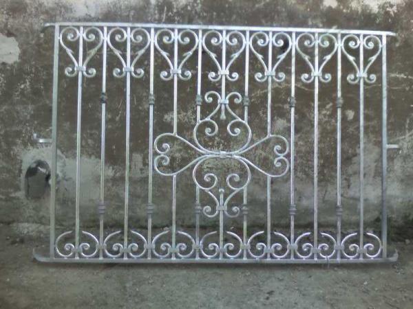 Porte en fer forg porte en fer grille de porte en fer for Grille porte fenetre fer forge