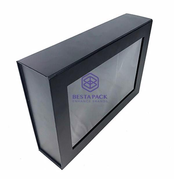 Scatola pieghevole rigida - Chiusura con patta magnetica, finestrella in PET e nastro biadesivo agli angoli