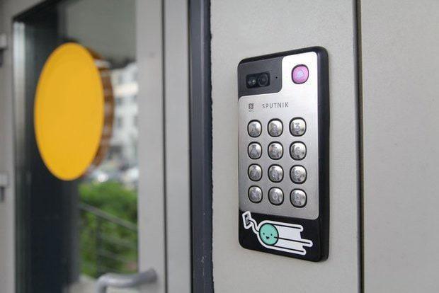إنترفون لأبواب المنازل - جهاز إنتركم فيديو مع تطبيق مجاني للهاتف المحمول للمباني السكنية