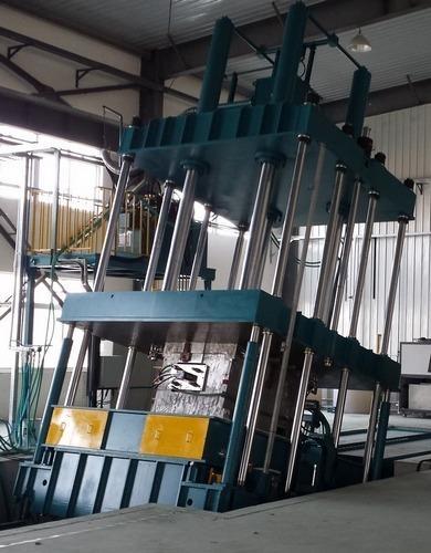 Presse compression pour le moulage de capôts d'engins de chantier - Une presse qui bascule à 25°...