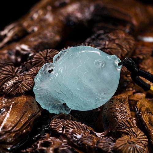 Aguamarina natural tallada piezas de oro en forma de pez -