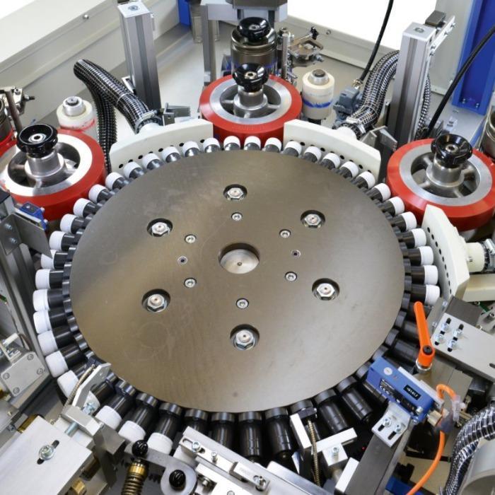 CLOSURE PRINT COMPACT Tampondruckmaschine - Plug-and-Play Vollautomation für Verschlusskappen-Bedruckung.