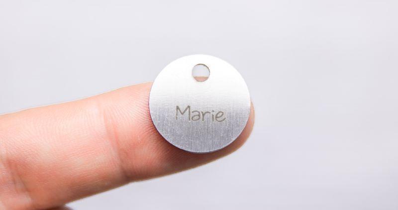 Pendentifs métalliques gravés au laser -