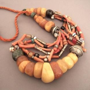 Colliers - Ambre, corail, coquillage, pâte de verre et éléments en arge