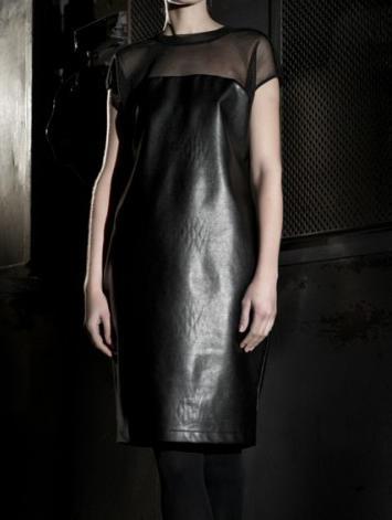 Robe droite en similicuir noir avec empiècement en tulle -