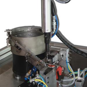 Gruppo di alimentazione e posa in opera di rivetti per... - Automazioni e macchine speciali