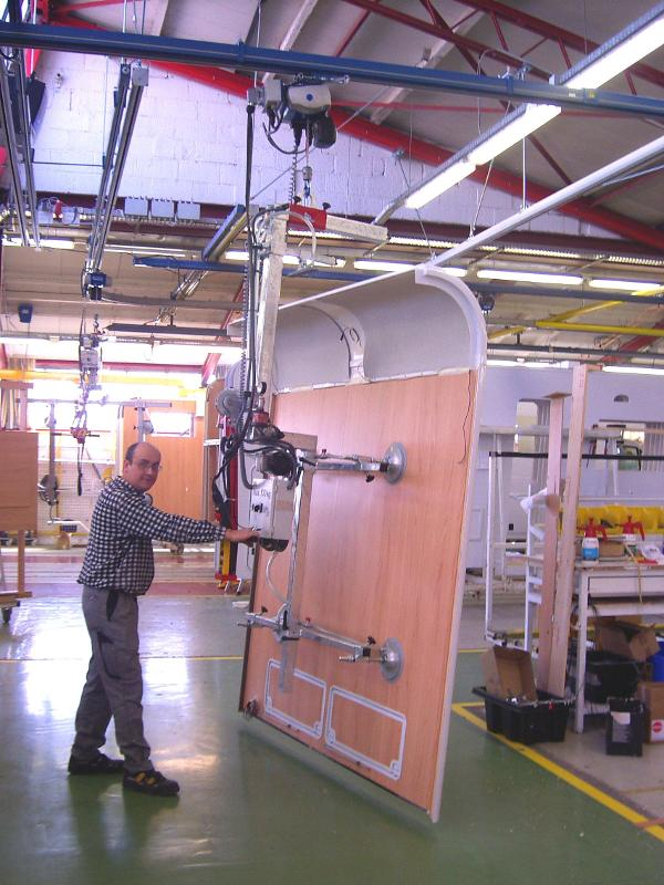 Vacuum lifter for vertical handling