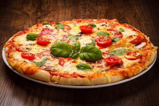 Pizza margherita con pomodorini