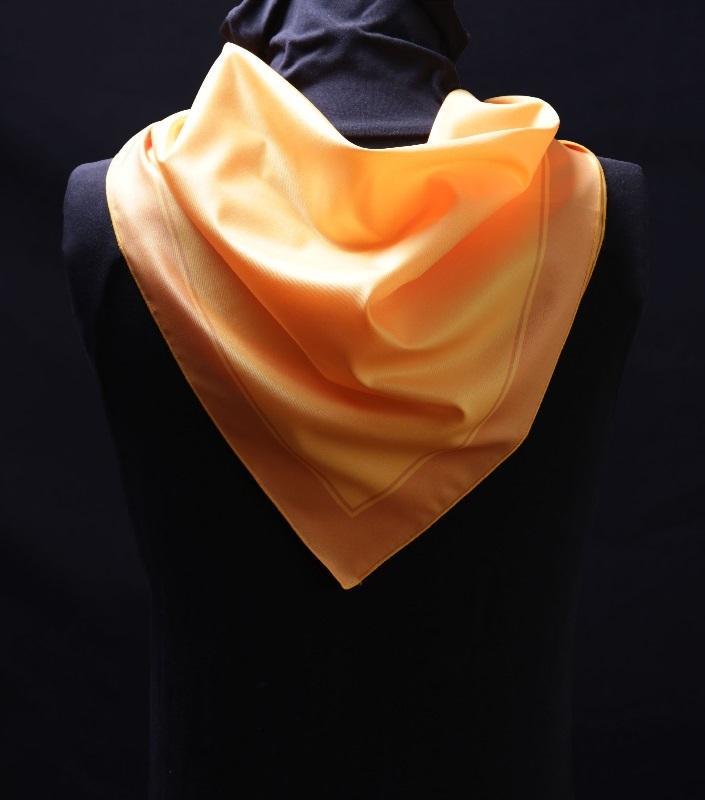 Foulard polyester  - tenue hôtesse, aux couleurs de l'entreprise