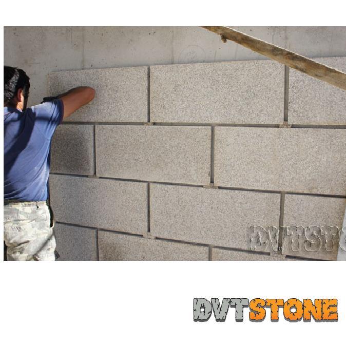 Murs en granit et pierre naturelle MR2 - Dalles granit pour murs. Finition sciée, sablée et polie.