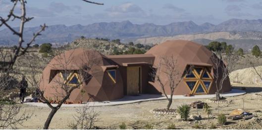 Cúpula Geodésica Unifamiliar - Domos geodésicos pareados unidos por un pasillo
