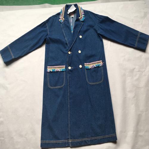 женское длинное джинсовое пальто -