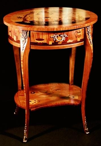 Tavolino intarsiato in stile