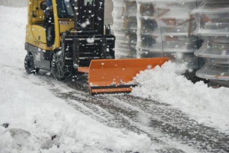 Schneeschieber Typ SCH, Anbaugerät für Gabelstapler - Räumschild mit Einfahrtaschen für Gabelzinken, nach links und rechts verstellbar