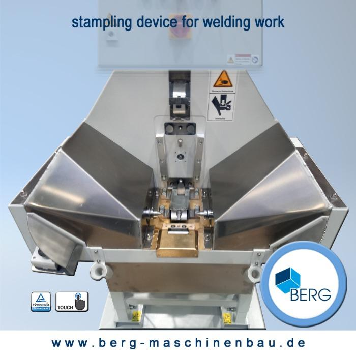 Stampling device for welding work - positioning, centering & clamping of metal part, with integrated part scanning