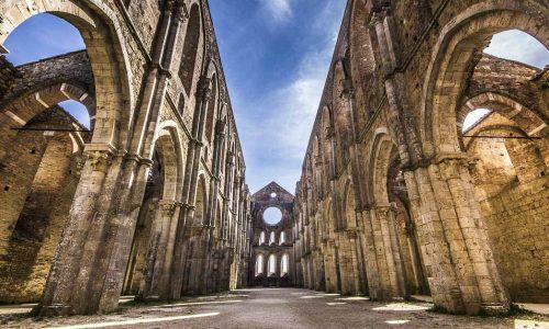 TOUR ARCHEOLOGICO: San Galgano e Murlo - La chiesa, priva del tetto, è a croce latina, con tre navate
