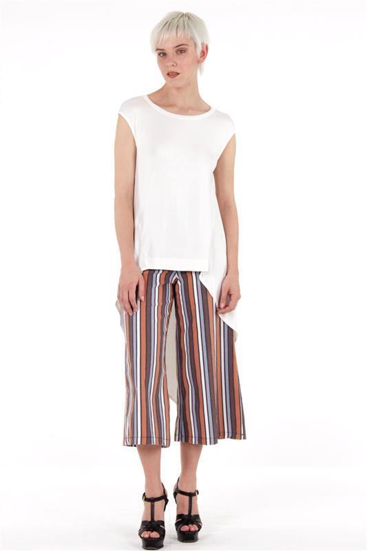 pantalone elasticizzato a righe e t-shit asimmetrica