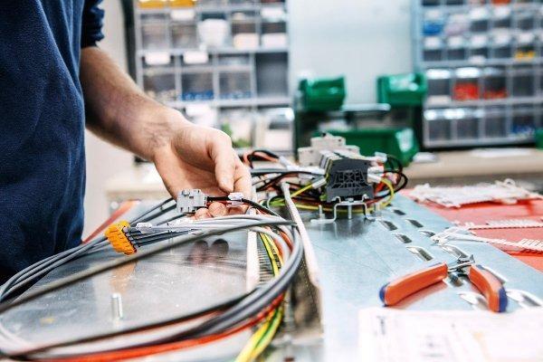 Travaux d'installation électrique -